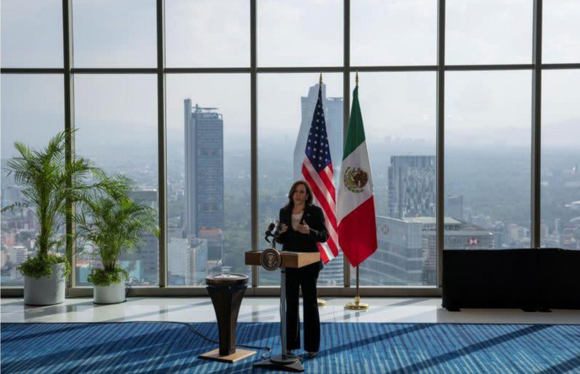 Kamala Harris, vicepresidenta de EU, aterriza en México